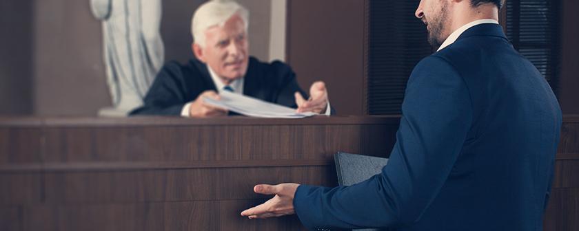 声高に弁護する弁護士のイメージ